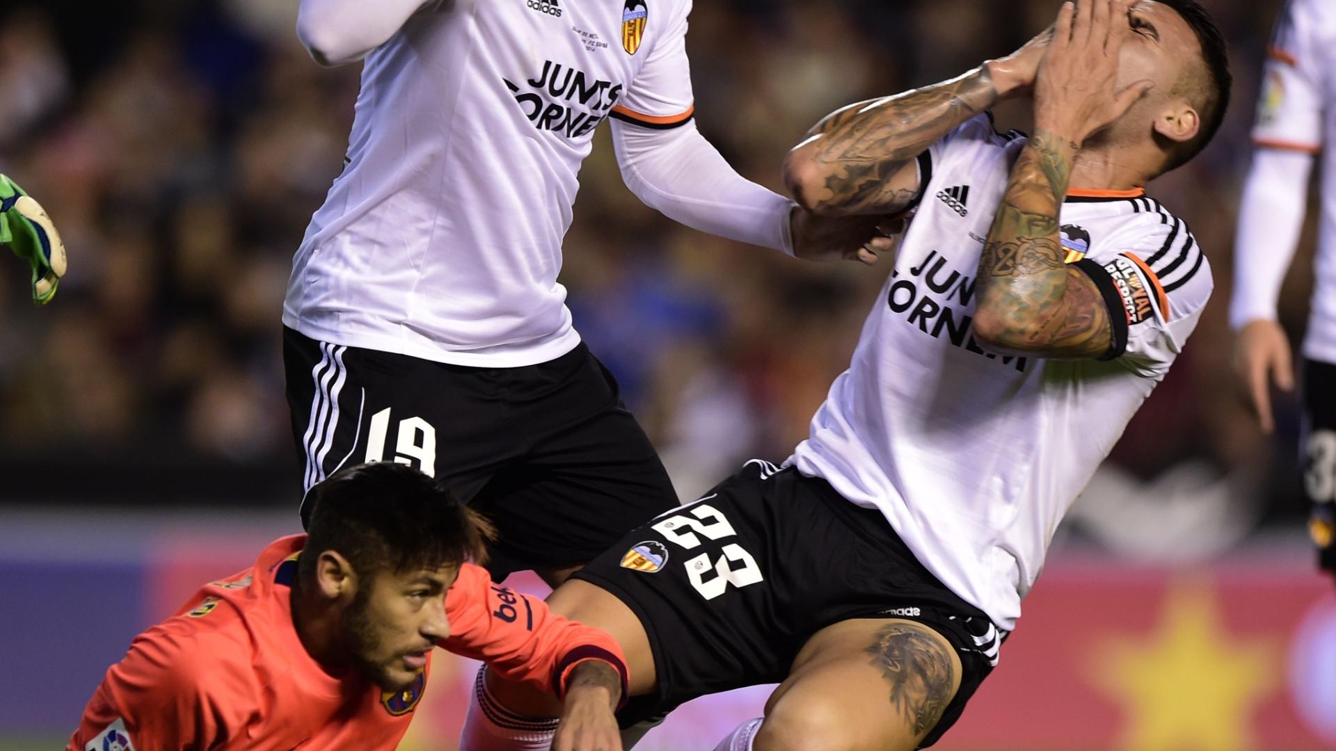Zagueiro Nicolás Otamendi, do Valencia, reage após levar cabeçada de Neymar em dividida no jogo contra o Barcelona