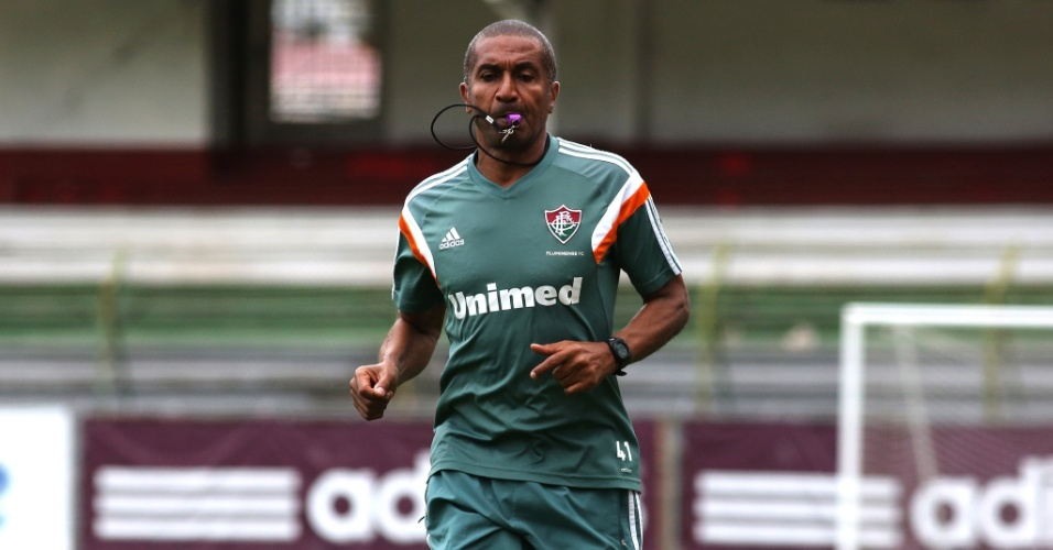 11.nov.2014 - O técnico Cristóvão Borges corre durante treino do Fluminense