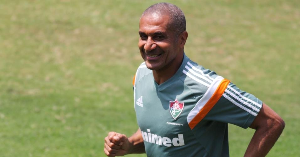 17.out.2014 - O técnico Cristóvão Borges sorri durante treino do Fluminense nas Laranjeiras