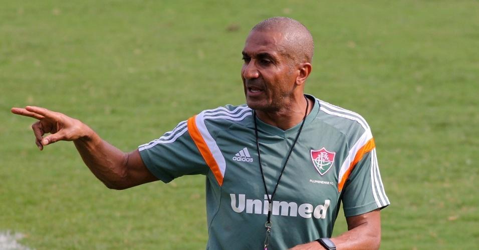 20.out.2014 - O técnico Cristóvão Borges orienta os jogadores do Fluminense durante treino