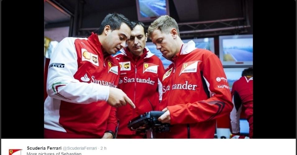 29.11.2014 - Vettel conversa com integrantes da Ferrari em seu primeiro dia testando pela equipe