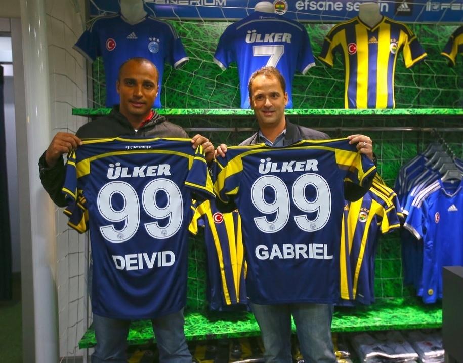 Ex-jogador e atual auxiliar técnico do Flamengo, Deivid (e) visitou o Fenerbahçe, da Turquia, ao lado do gerente rubro-negro Gabriel Skinner (d)