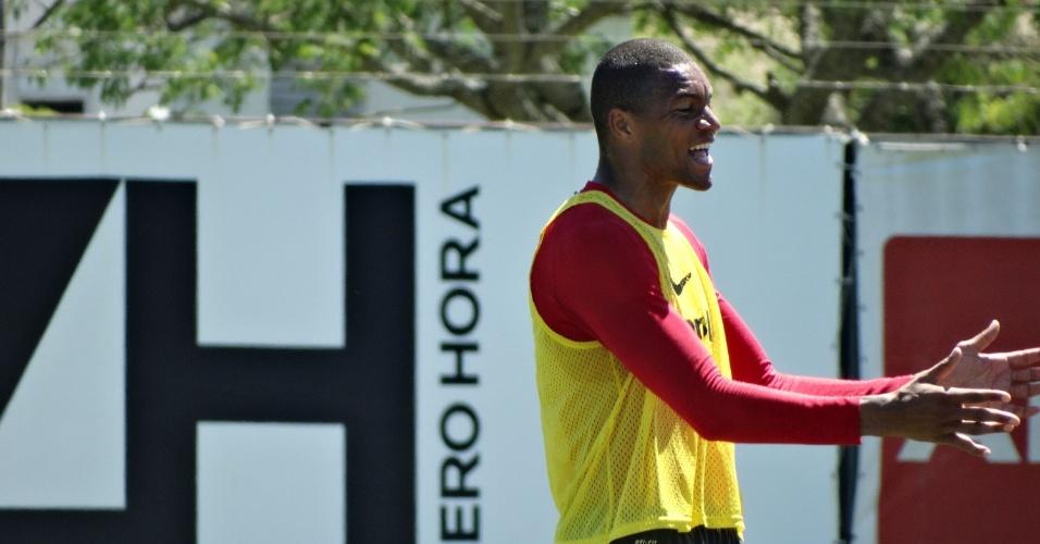 05.dez.2014 - Dida comemora após fazer três gols em rachão que fechou 2014 do Inter