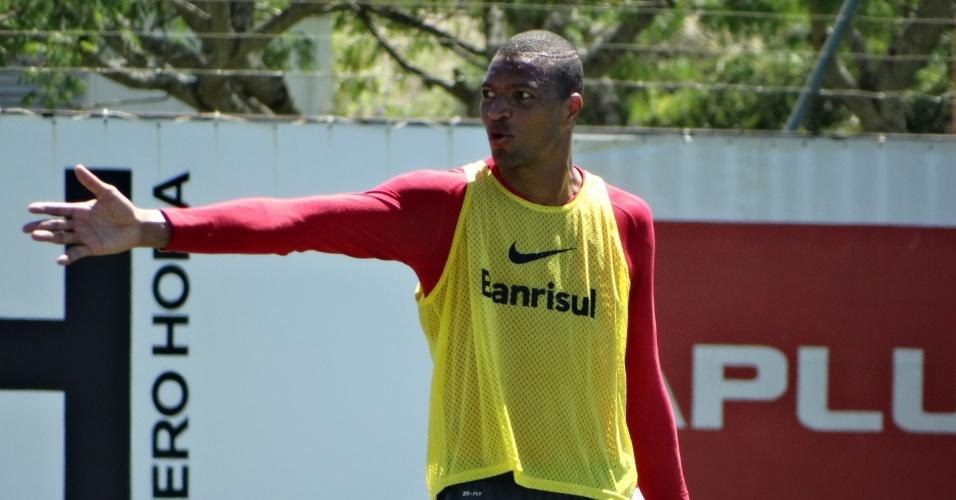 05.dez.2014 - Dida durante treino recreativo no CT do Inter, onde marcou três gols