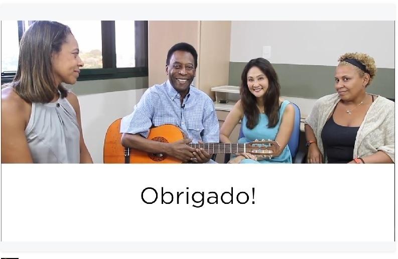 Pelé diz estar bem de saúde e toca violão ao lado de familiares e namorada