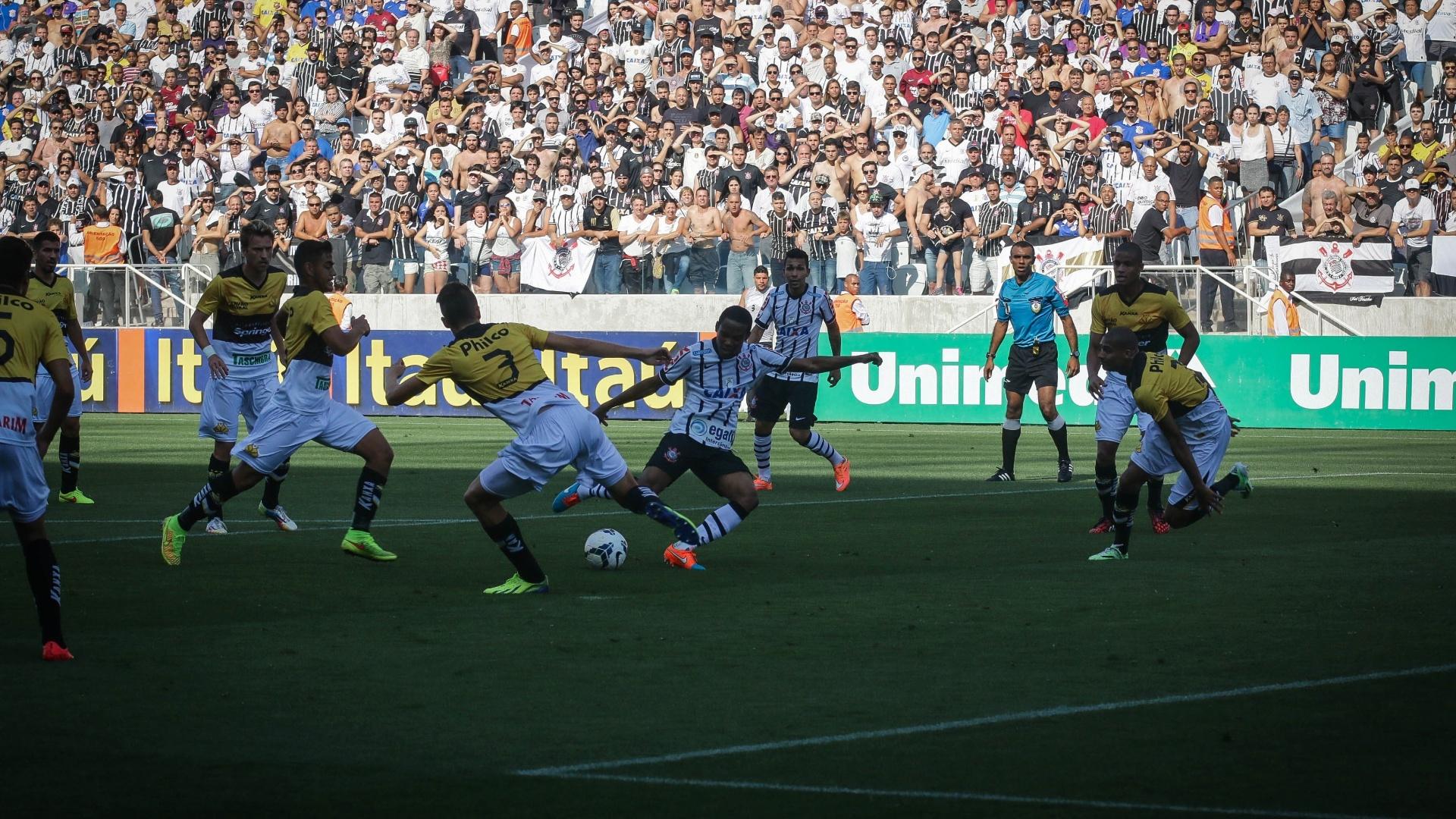 Elias aproveita sobra na área para marcar para o Corinthians