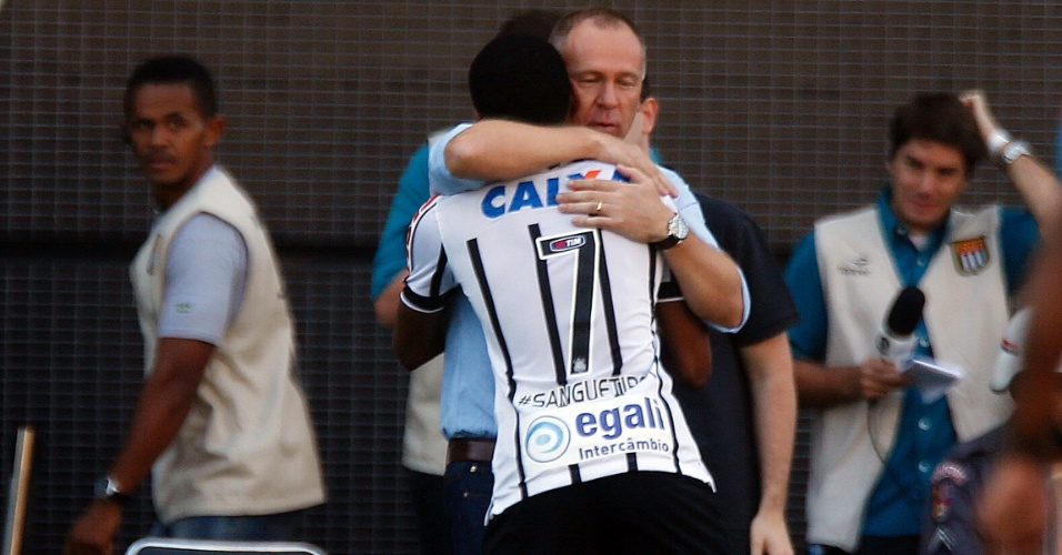 Elias comemora gol do Corinthians com o técnico Mano Menezes