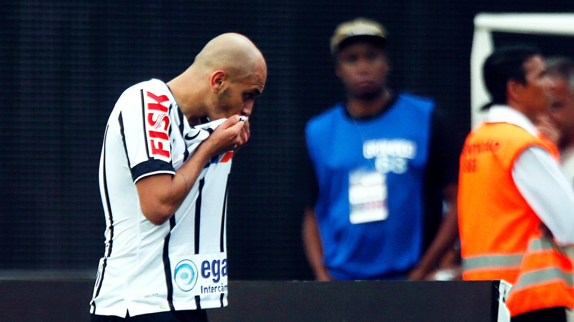 Fábio Santos beija escudo do Corinthians no Itaquerão