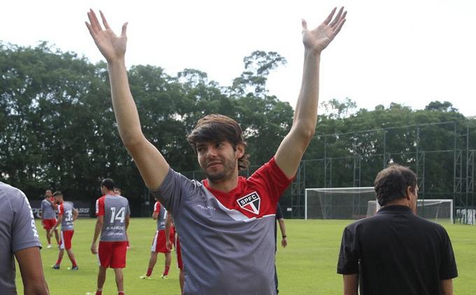 Kaká se despede de torcedores em seu último treino pelo São Paulo