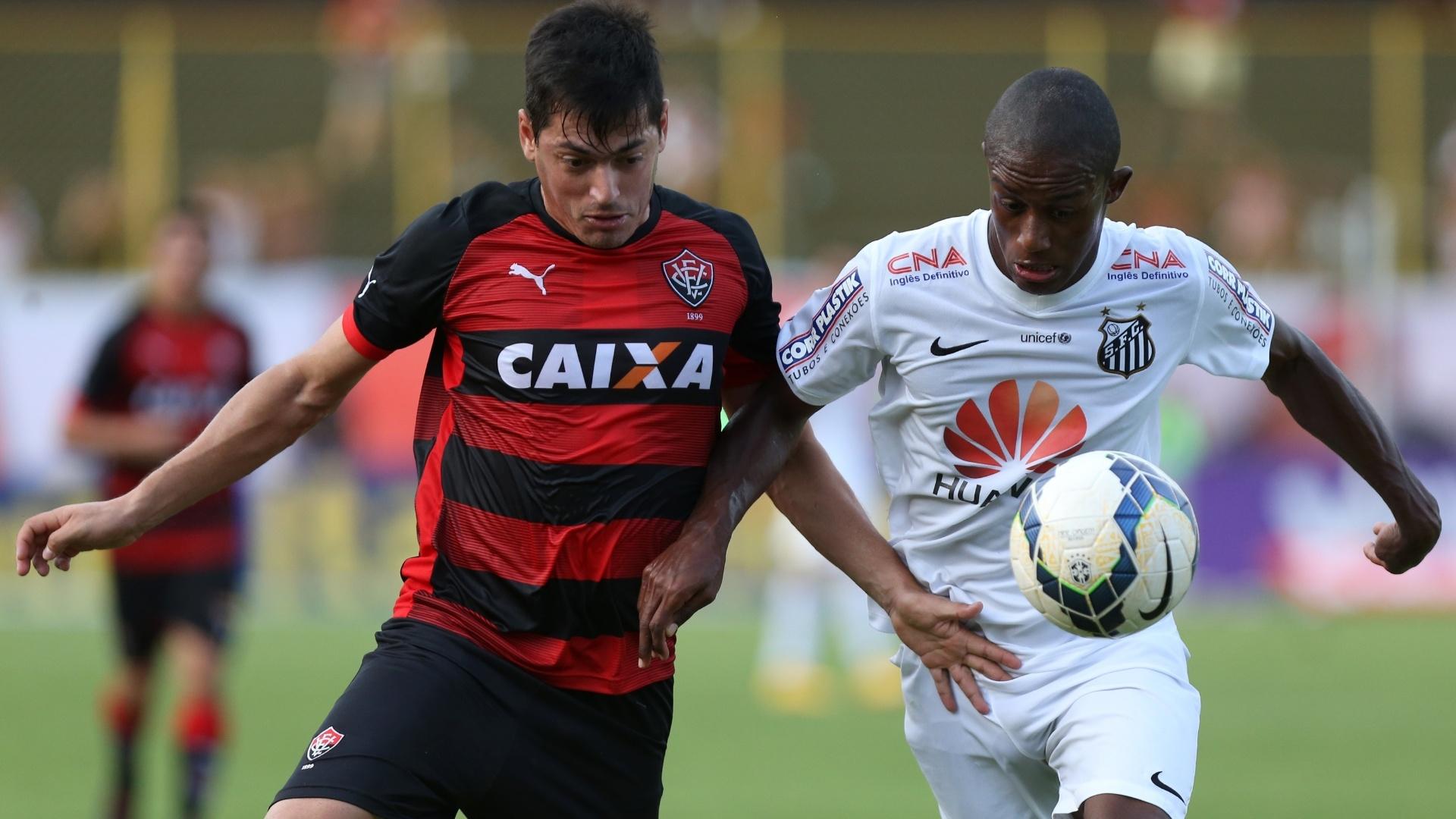 Cárceres, do Vitória, disputa espaço com Caju, do Santos, durante jogo pelo Brasileirão