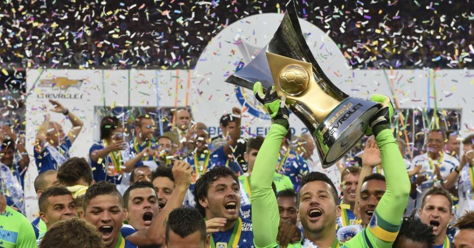 Fábio (centro) ergue a taça de campeão do Brasileiro cercado de jogadores do Cruzeiro
