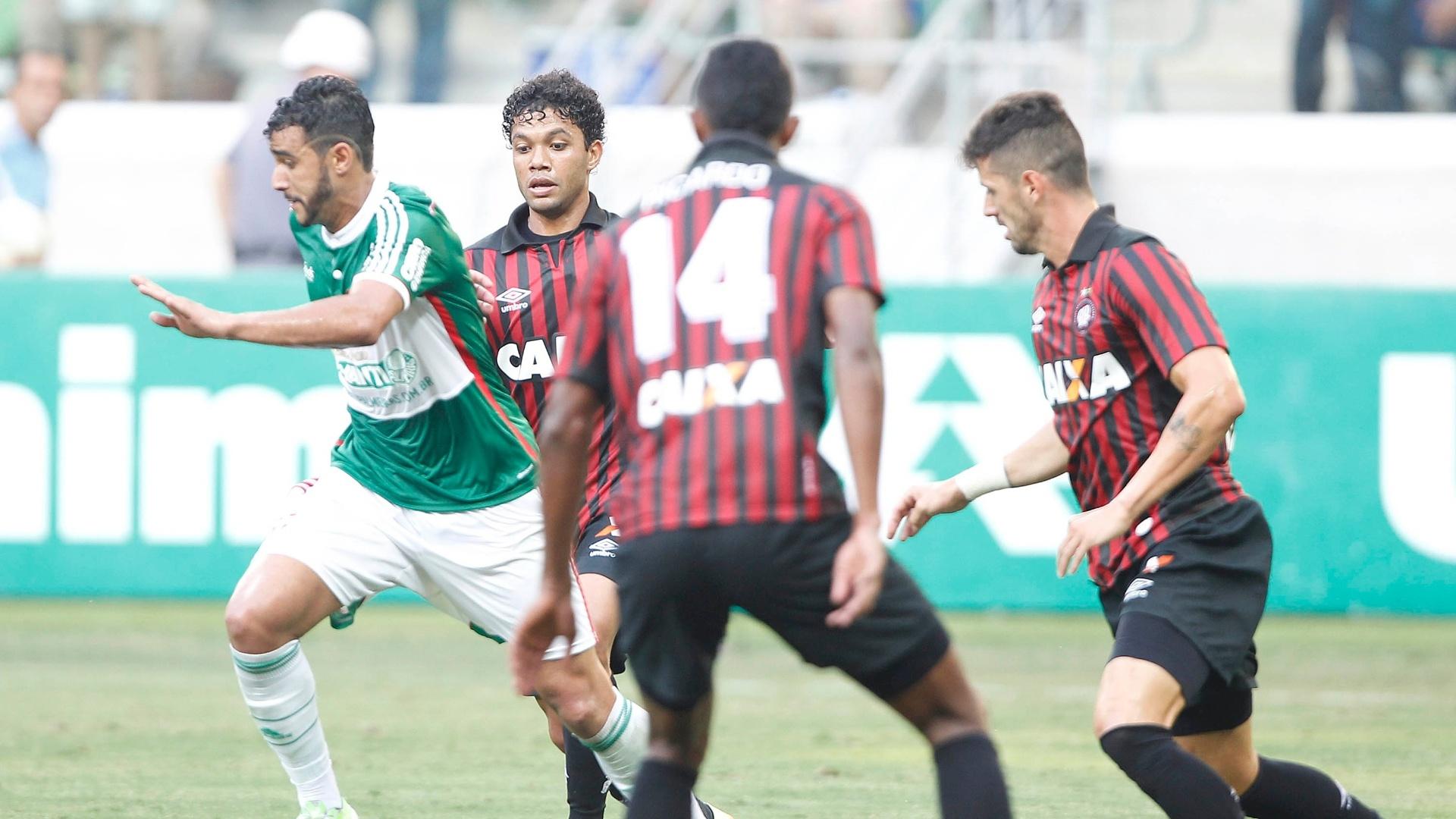 Henrique protege a bola em meio aos jogadores do Atlético-PR