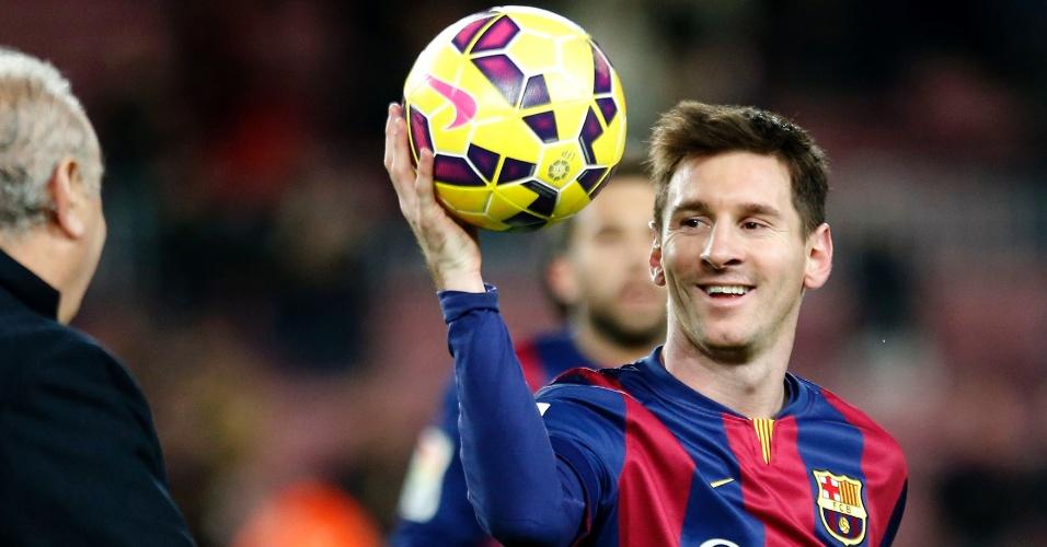 Messi leva para casa a bola após marcar três gols sobre o Espanyol na goleada por 5 a 1