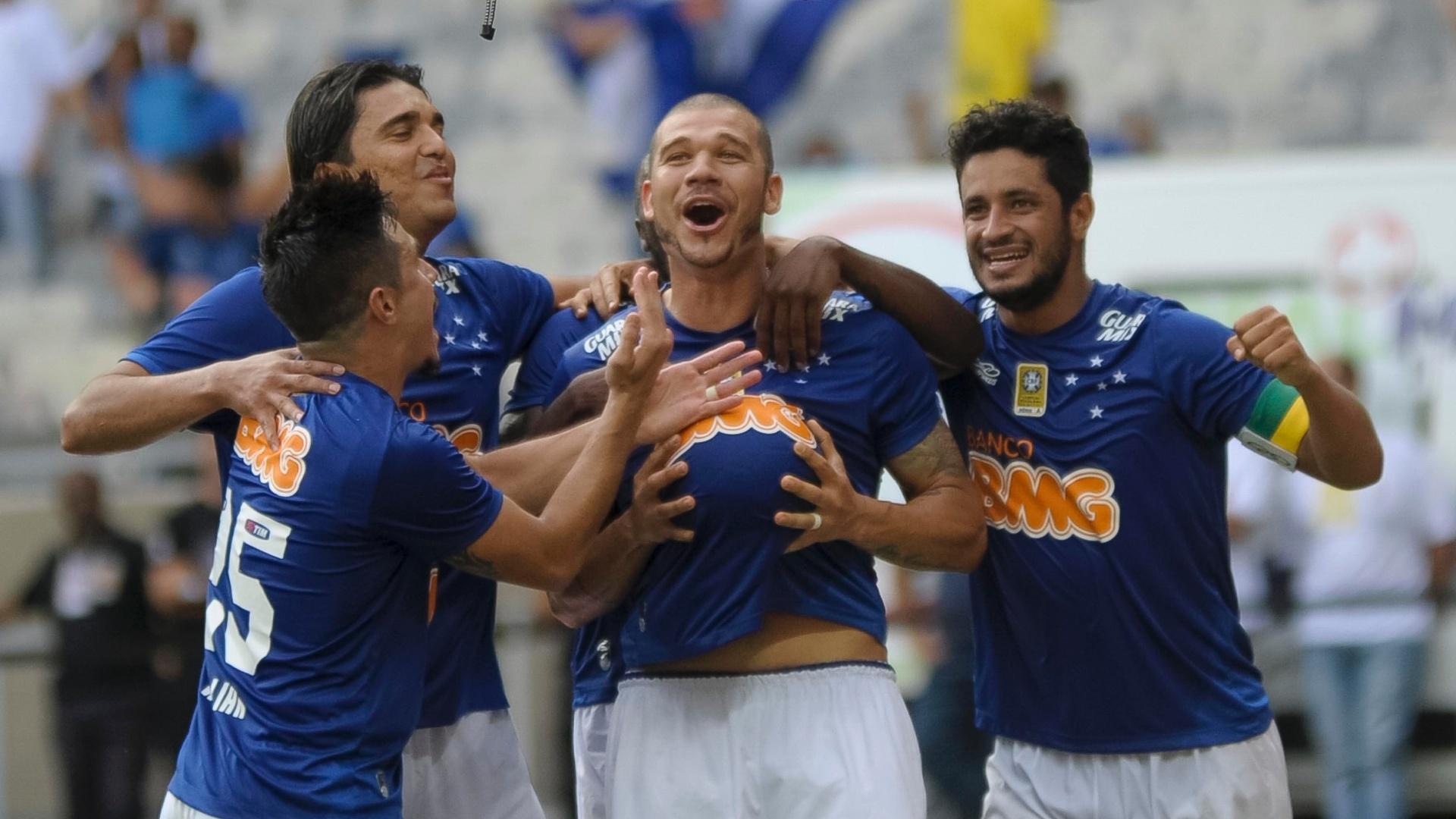 Nilton comemora gol do Cruzeiro sobre o Fluminense pelo Brasileirão