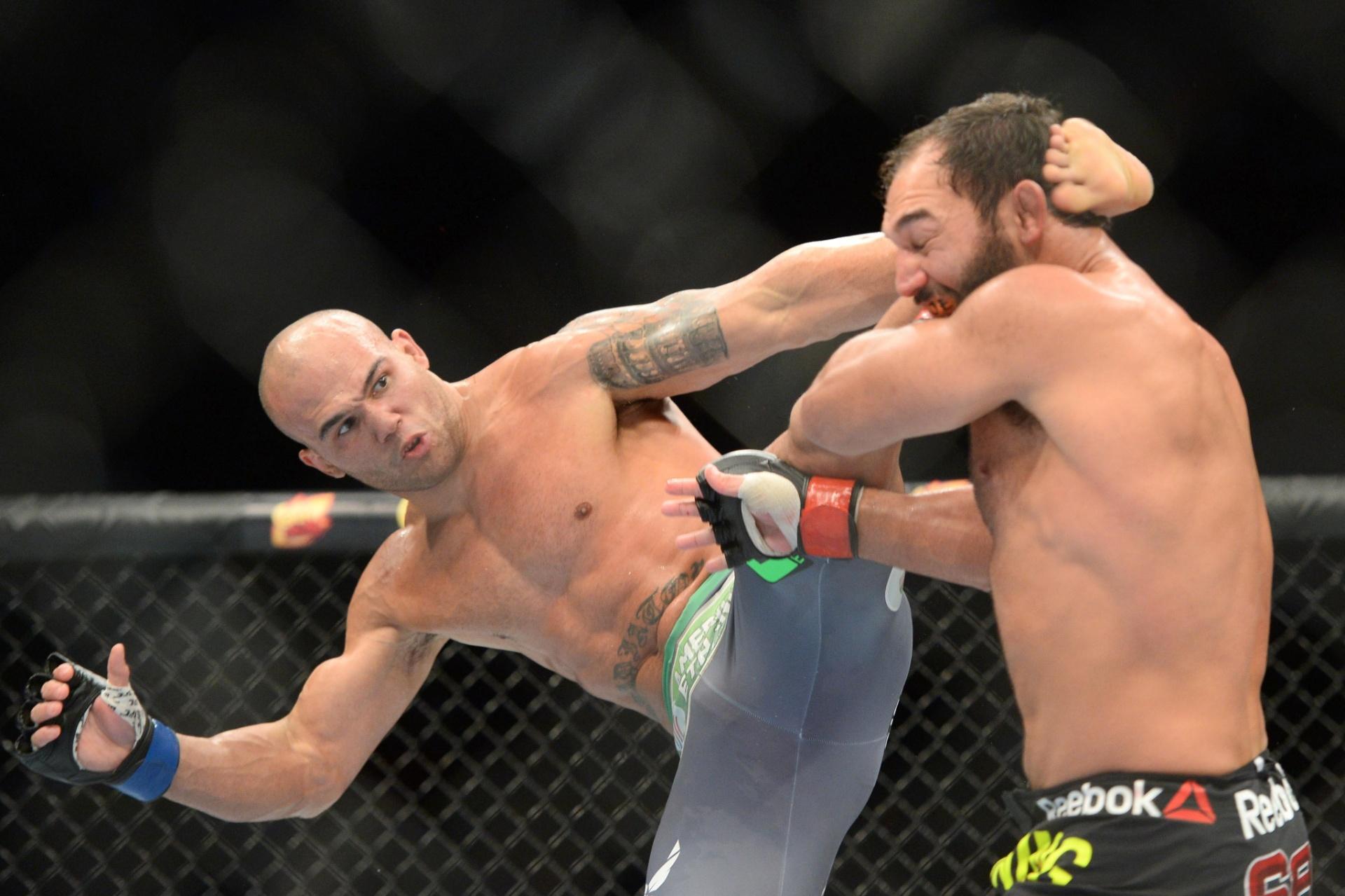 Robbie Lawler acerta Hendricks com um chute na cabeça durante sua vitória no UFC 181