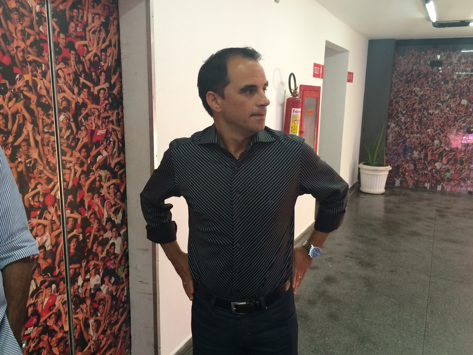 8.dez.2014 - O diretor executivo de futebol do Flamengo, Rodrigo Caetano, chega à Gávea