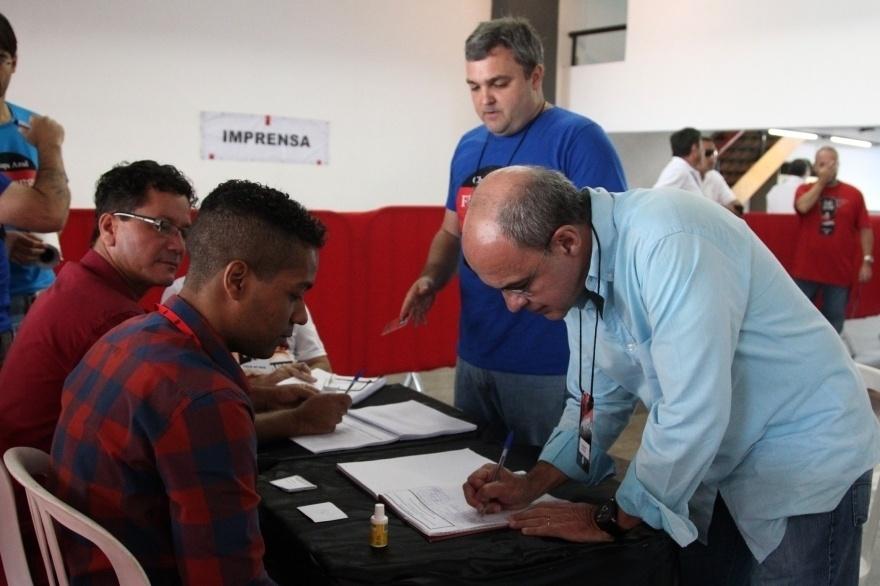 8.dez.2014 - O presidente do Flamengo, Eduardo Bandeira, vota em eleição para o conselho do clube