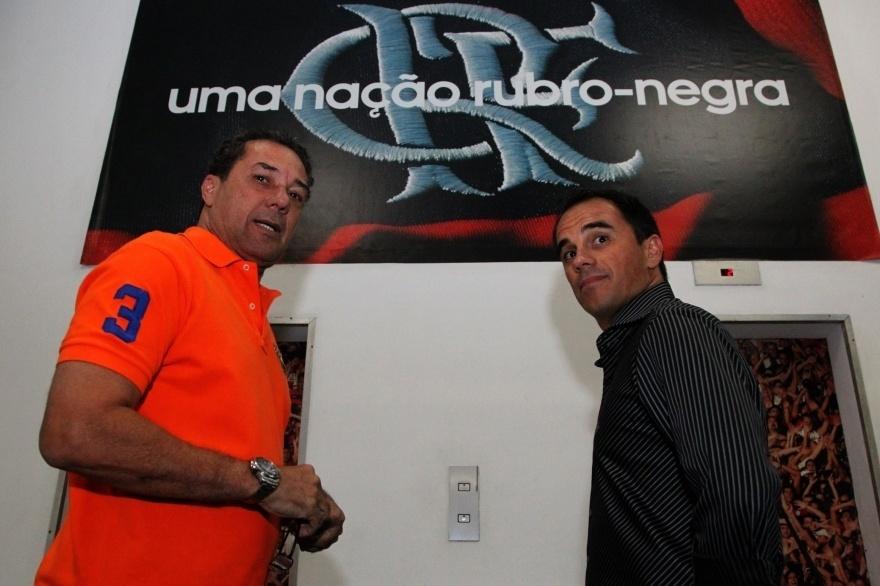 8.dez.2014 - O técnico do Flamengo, Vanderlei Luxemburgo, recebe o diretor executivo Rodrigo Caetano