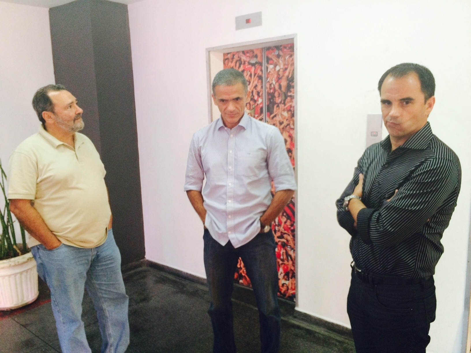 Diretor executivo de futebol do Fla, Rodrigo Caetano (d) ao lado de Fernando Gonçalves (c) e Fred Luz (e)