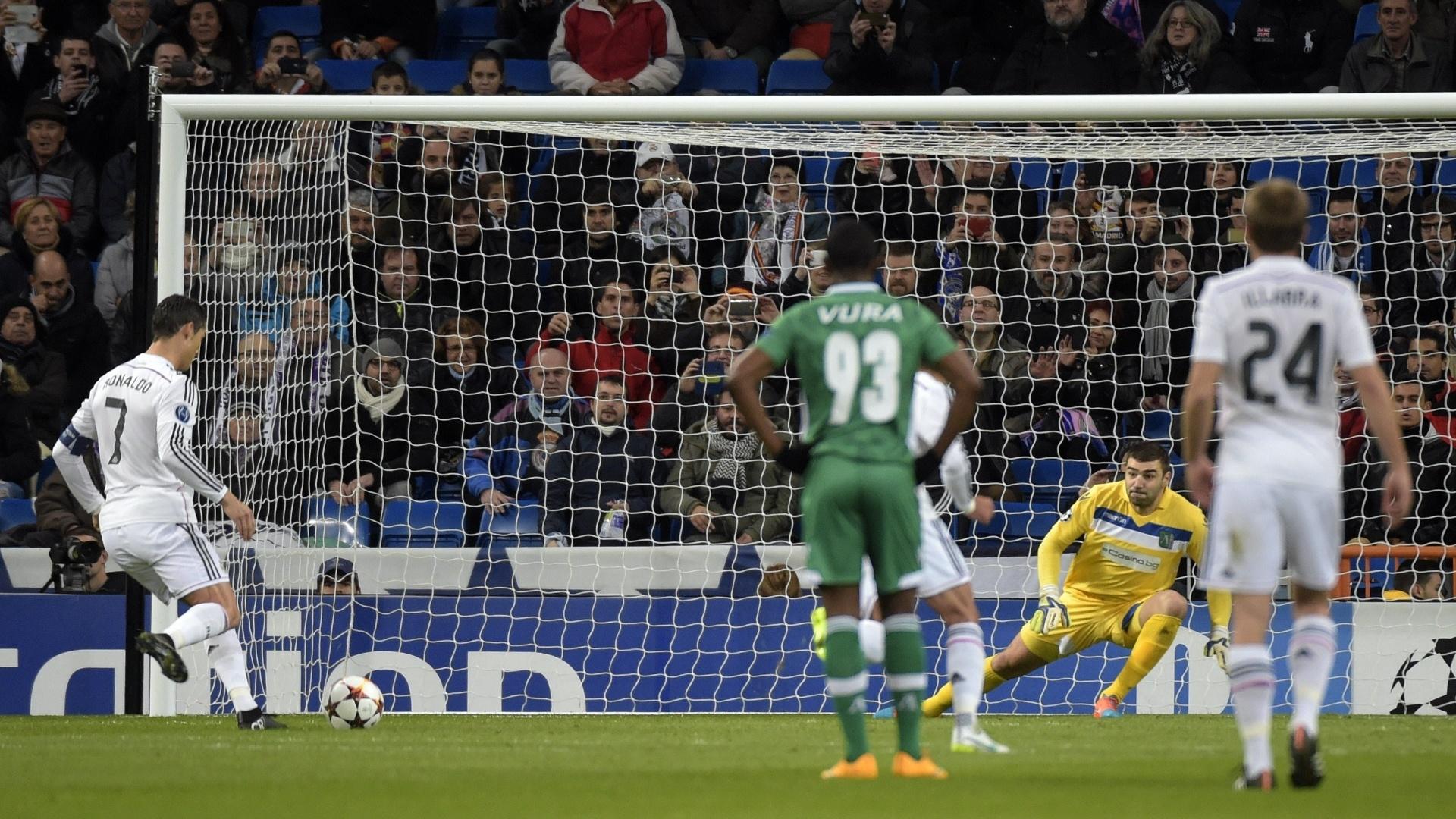 Cristiano Ronaldo cobra pênalti e abre o placar para o Real Madrid contra o Ludogorets