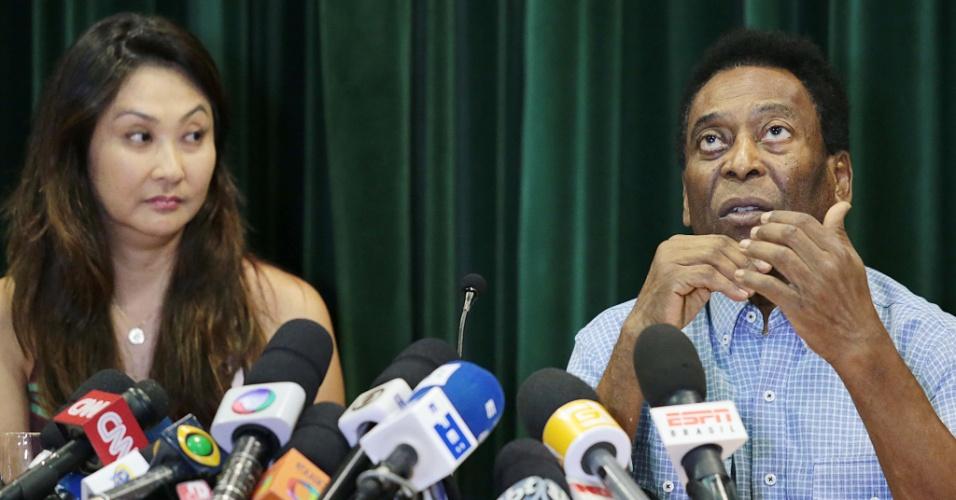 Pelé conversa com jornalistas em entrevista coletiva após receber alta nesta terça
