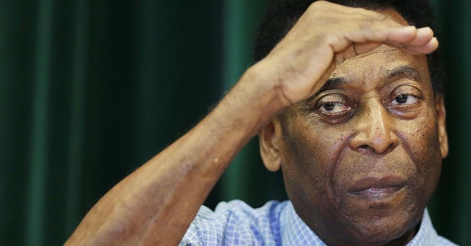 Pelé durante entrevista coletiva nesta terça. O Rei do futebol recebeu alta nesta terça