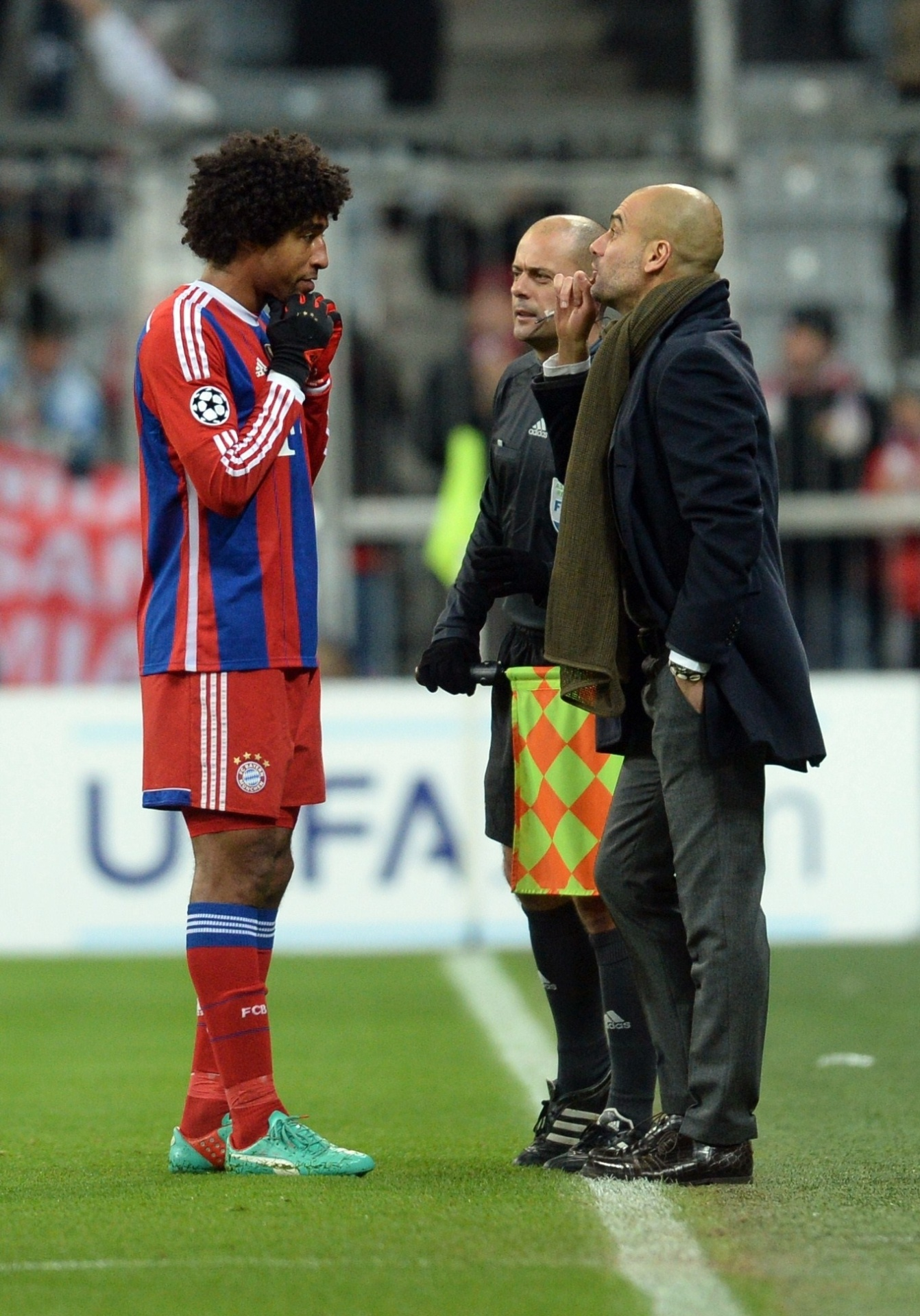 Dante conversa com Guardiola durante jogo do Bayern de Munique na Liga dos Campeões