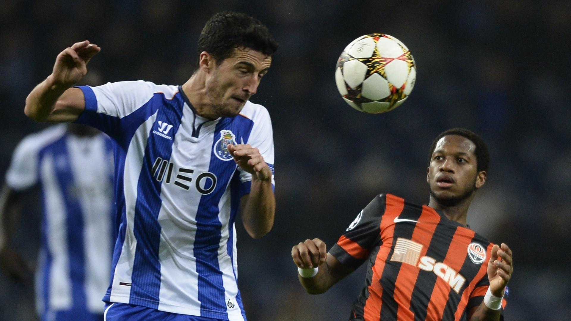 Ivan Marcano (esquerda), do Porto, disputa bola com brasileiro Fred, do Shakhtar Donetsk