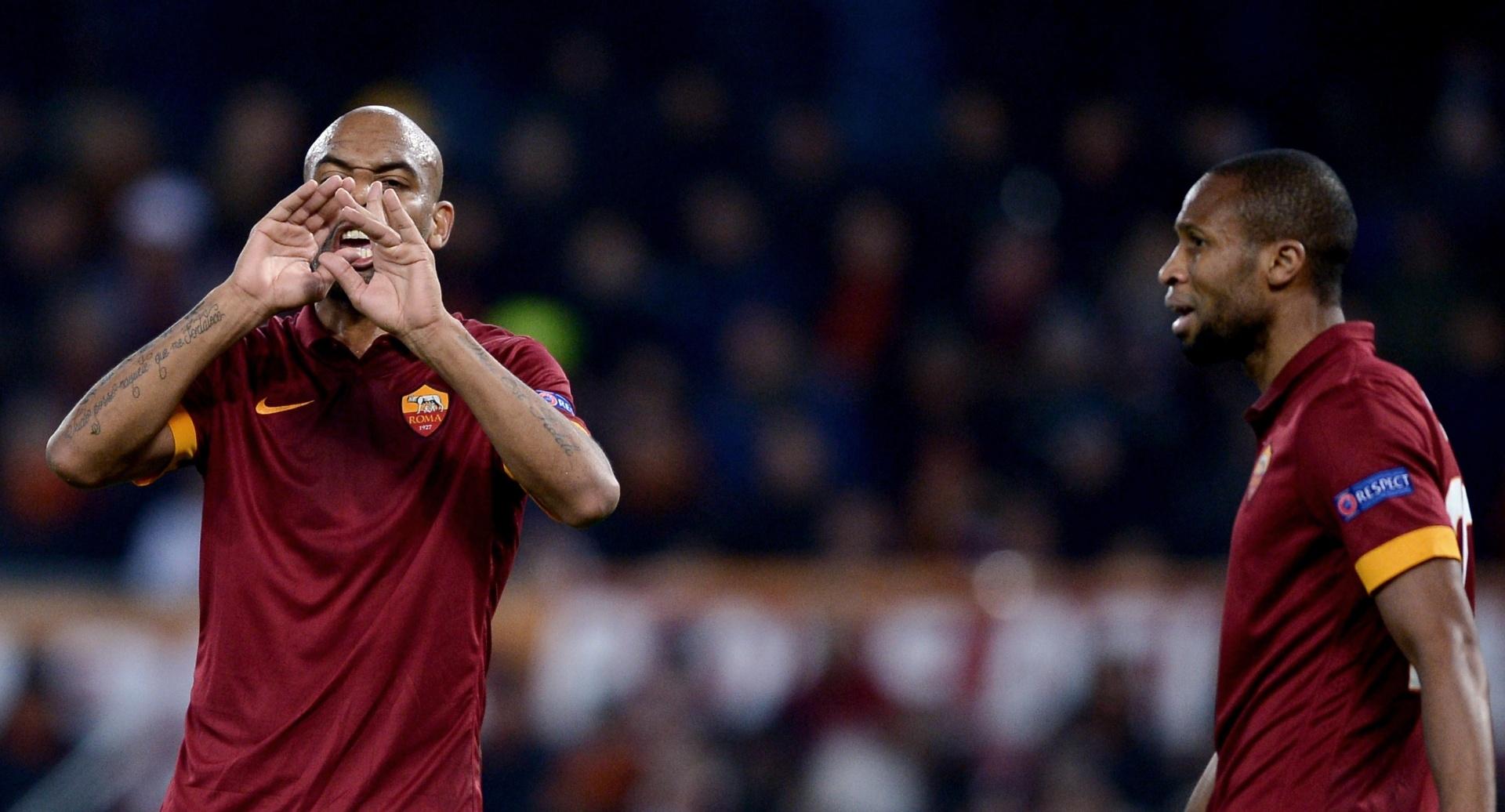 Maicon reclama durante jogo da Roma na Liga dos Campeões