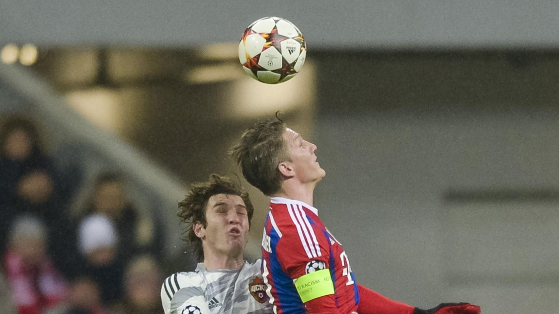 Mário Fernandes (branco), do CSKA, disputa bola com Schweinsteiger, do Bayern de Munique