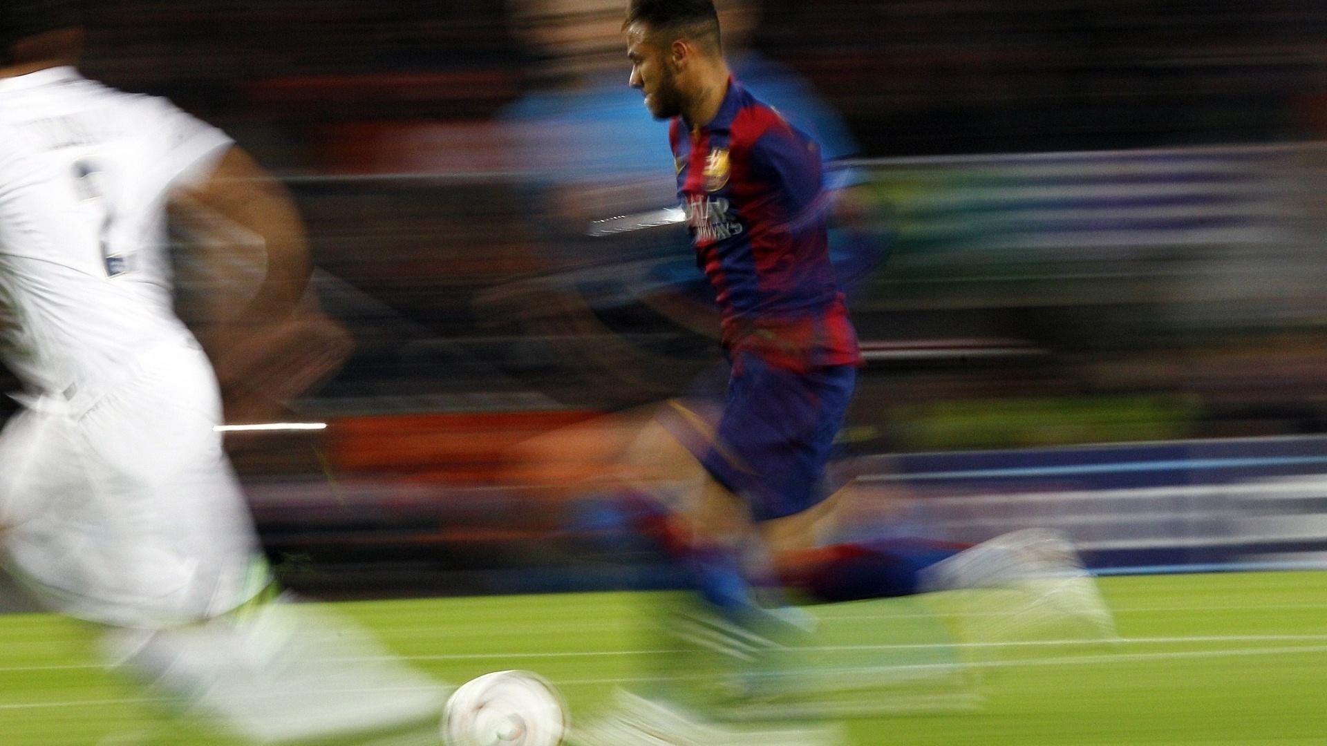 Neymar corre pelo Barcelona e chega a distorcer a imagem