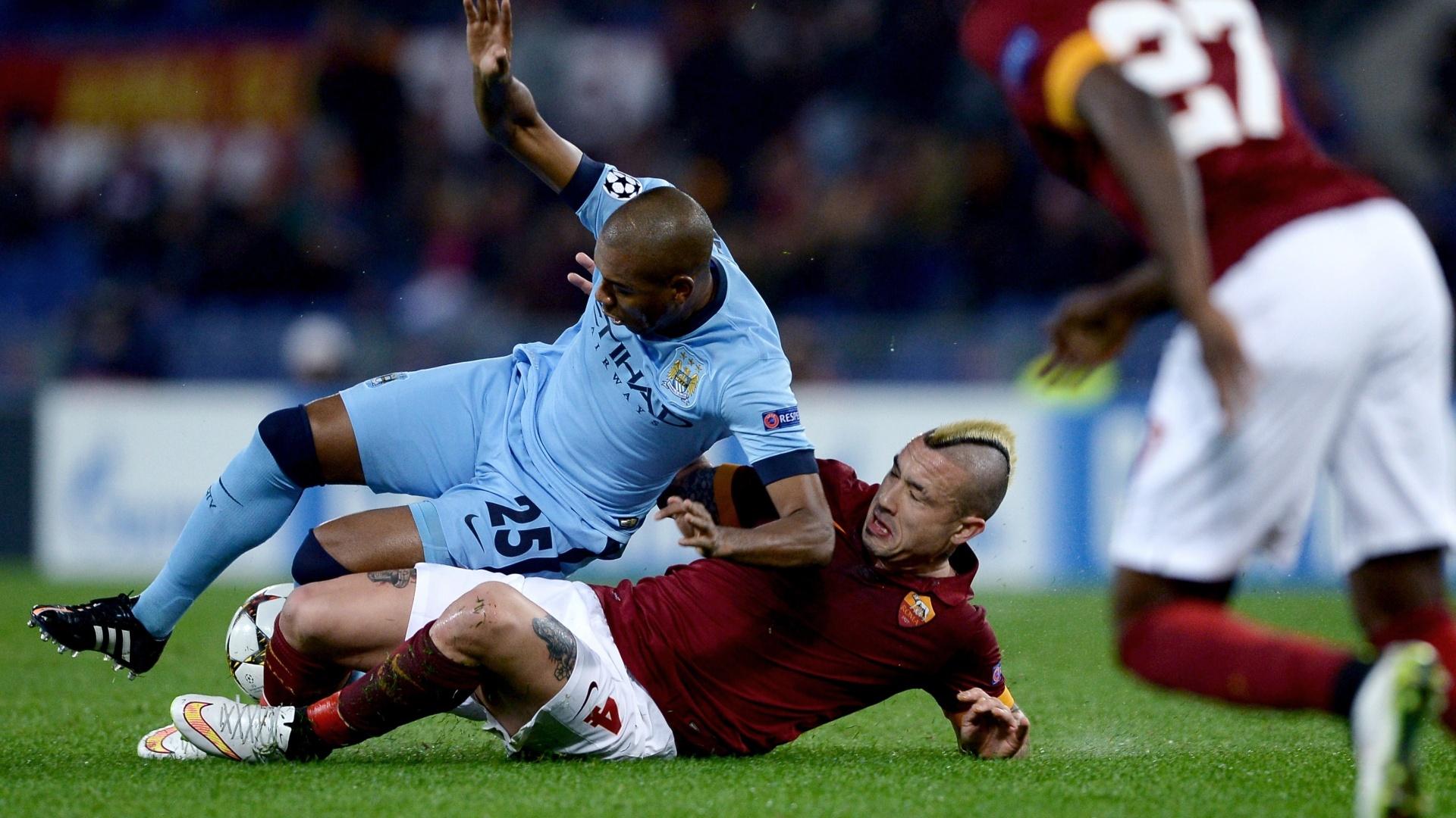 Nianggolan, da Roma, dá carrinho em volante brasileiro Fernandinho, do Manchester City