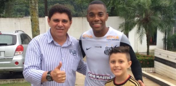 Batoré posa para foto com Robinho. O futebol sempre marcou a vida do humorista