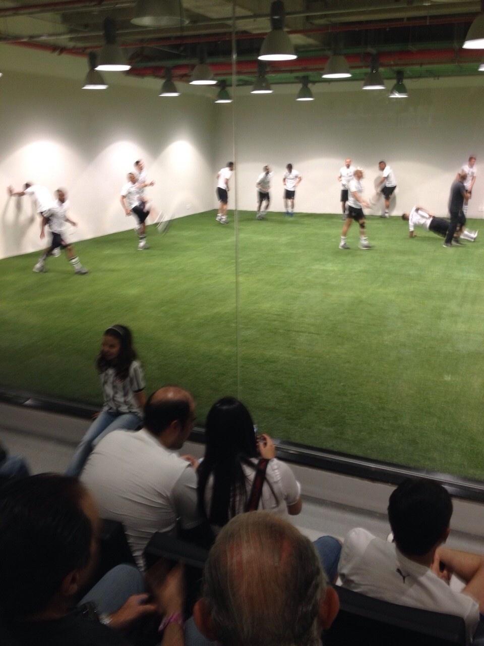 Atletas do Corinthians fazem aquecimento junto a torcedores antes da partida contra o Criciúma