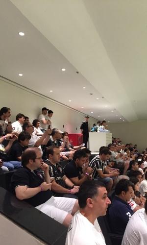 Torcedores assistem ao aquecimento de jogadores do Corinthians, no Itaquerão