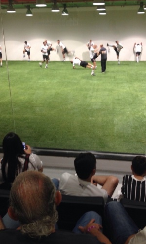 Torcedores assistem aos jogadores corintianos em aquecimento no Itaquerão