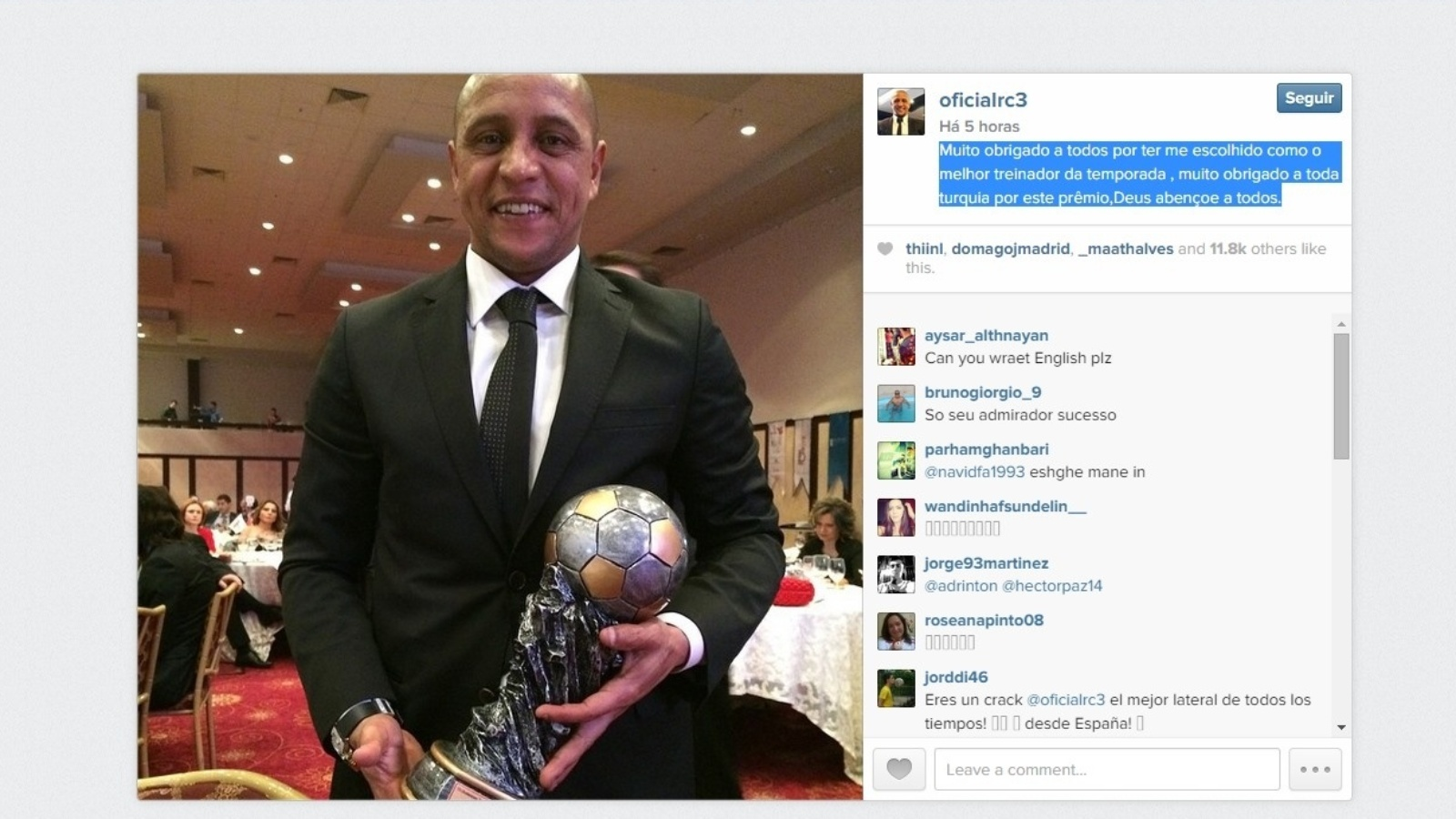 Roberto exibe troféu que ganhou como melhor técnico do ano na Turquia