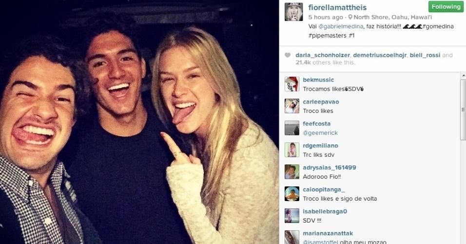 Alexandre Pato e a namorada Fiorella Mattheis tietam o surfista Gabriel Medina no Havaí
