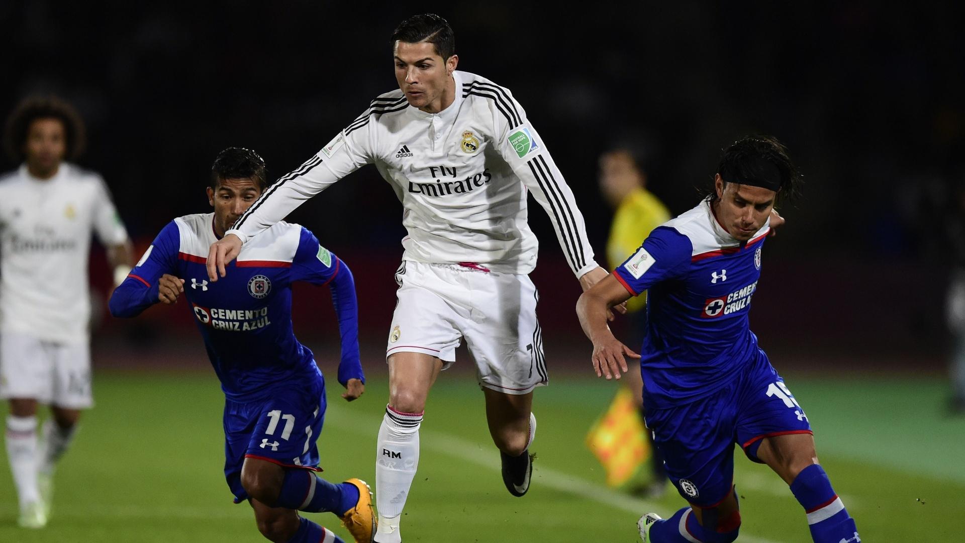 Cristiano Ronaldo passa por dois marcadores do Cruz Azul em jogo válido pelo Mundial de Clubes
