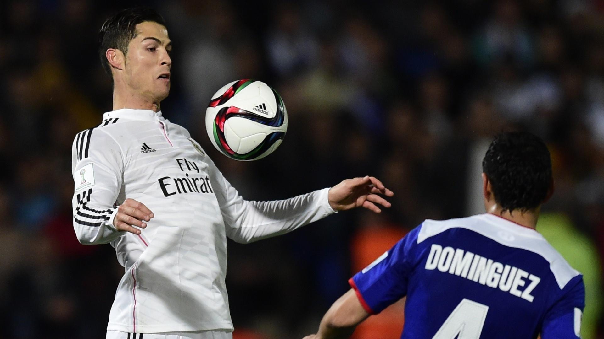 Observado por Dominguez, Cristiano Ronaldo domina a bola no peito durante a semifinal do Mundial de Clubes
