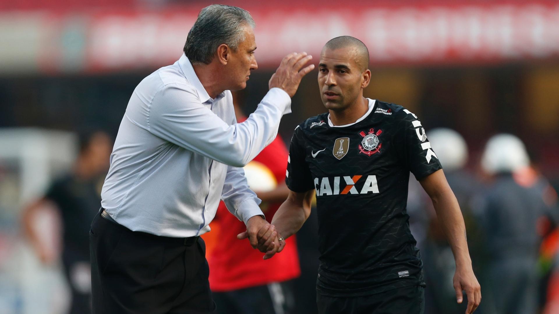 Tite conversa com Emerson Sheik durante jogo com o São Paulo