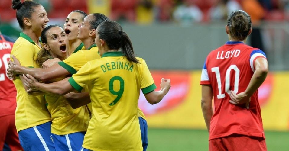 Abraçada pelas atletas da seleção, Marta é a principal esperança do futebol feminino nacional para as disputas da Copa do Mundo de 2015, no Canadá, e na Olímpiada de 2016, que acontecerá no Rio de Janeiro