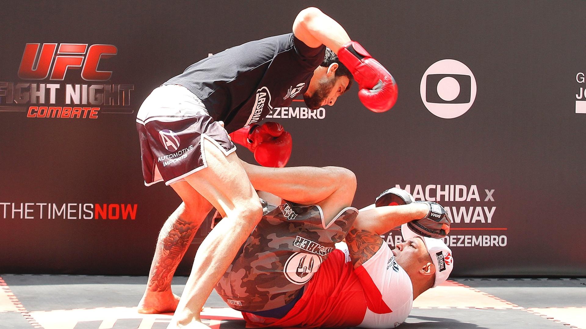 Elias Silvério simula soco em treino aberto do UFC na Arena Palestra