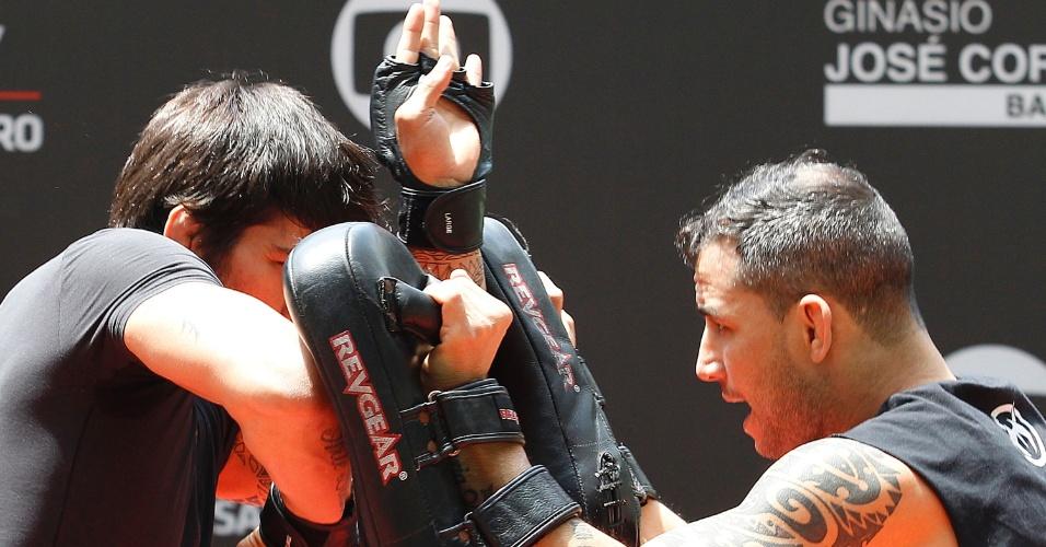 Erik Silva treina cotovelada durante evento aberto do UFC em São Paulo