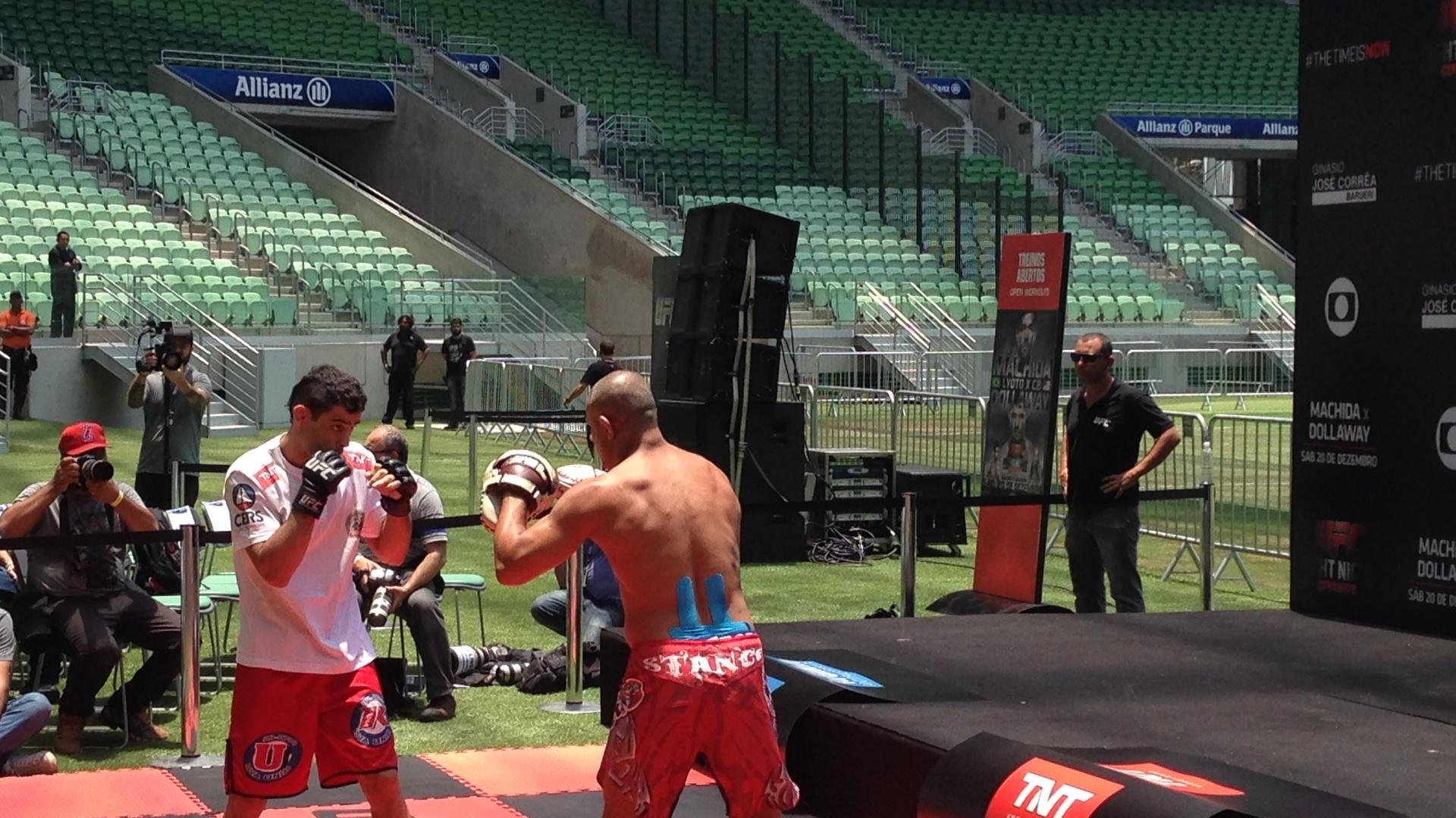 Renan Barão participa de treino aberto do UFC Barueri realizado na Arena Palestra