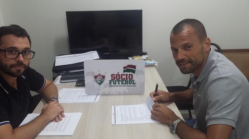 Ao lado do vice de futebol, Mário Bittencourt (e), Diego Cavalieri (d) assina contrato com Fluminense até o final de 2018