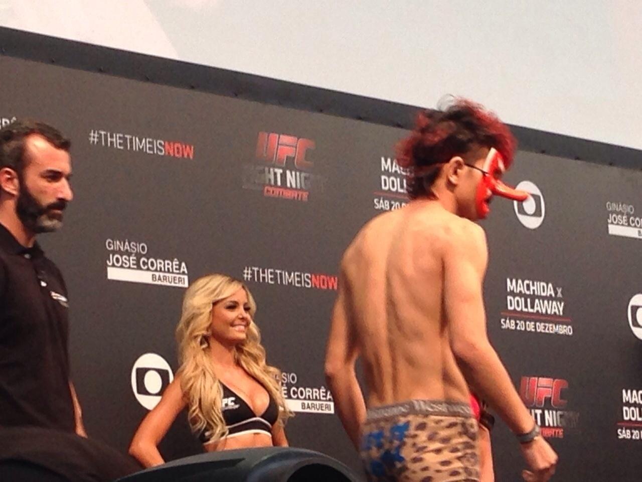 Japonês usa máscara e cueca de oncinha na pesagem do UFC Barueri 2