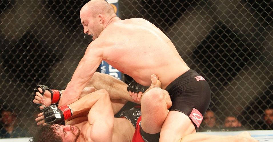 Cummins dominou a partir do fim do primeiro round e venceu o brasileiro sem tanta dificuldade