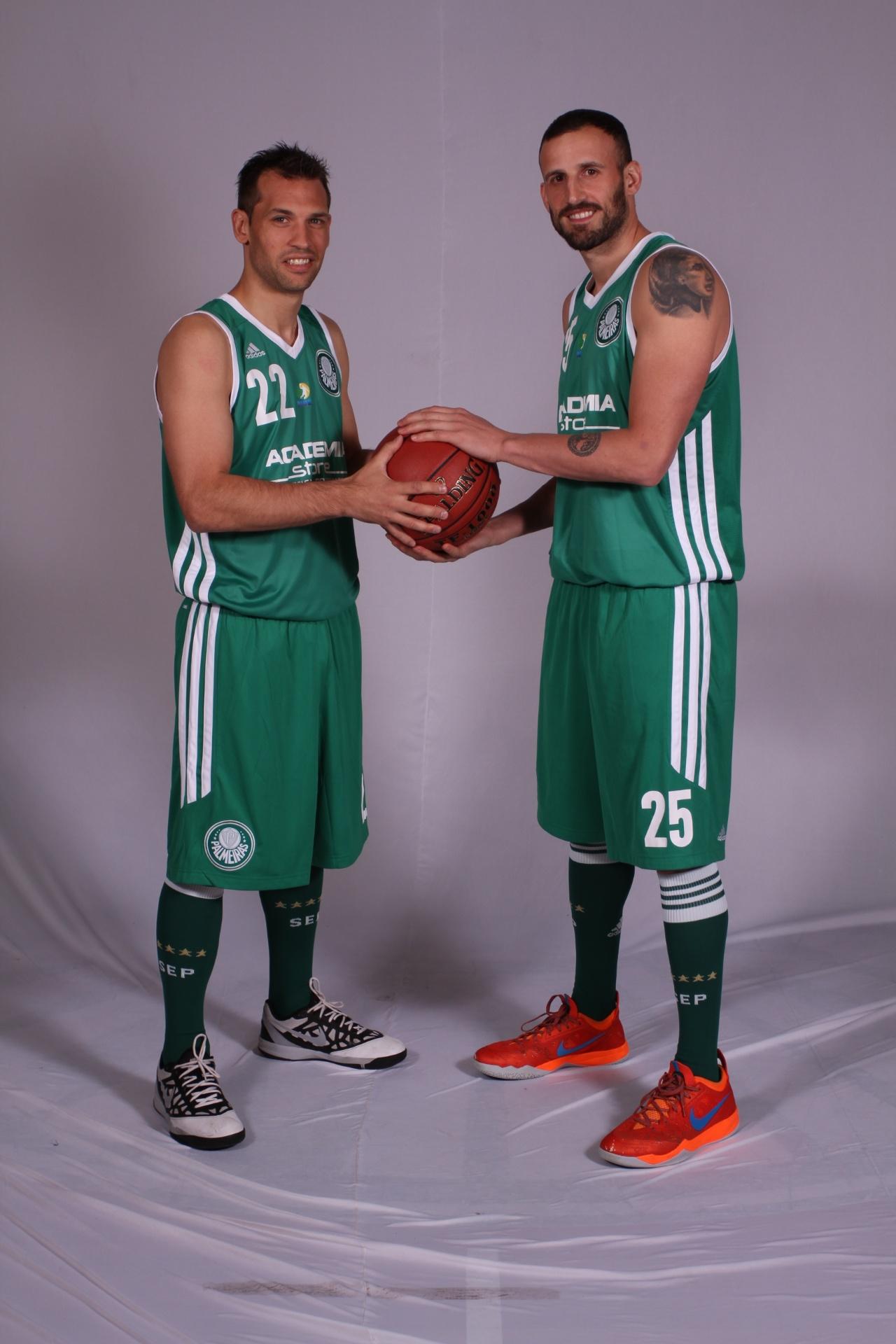 Maxi Stanic (à esq.) e Nicolás Gianella se destacam no time de basquete do Palmeiras