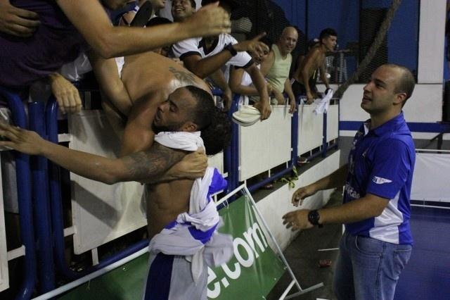 Herói da vitória do Macaé, Jamaal é abraçado por torcedores